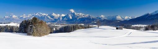宽全景风景在有阿尔卑斯山的巴伐利亚和湖在冬天 免版税库存图片