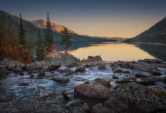 宽和镇静山河转向快速的小河日落视图的,阿尔泰山高地自然秋天风景照片 免版税库存图片