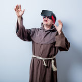 年轻宽容修士画象戴3D眼镜的 免版税库存图片