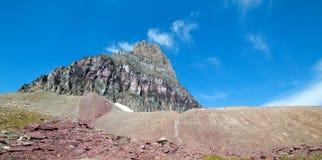 宽容山如被看见从在摇石通行证的暗藏的湖足迹在冰川国家公园在2017秋天火期间在蒙大拿美国 库存图片