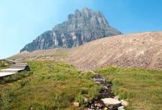 宽容山如被看见从在摇石通行证的暗藏的湖足迹在冰川国家公园在2017秋天火期间在蒙大拿美国 图库摄影