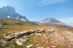宽容山如被看见从在摇石通行证的暗藏的湖足迹在冰川国家公园在2017秋天火期间在蒙大拿美国 库存照片