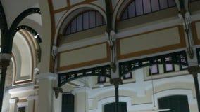 宽射击平底锅和掀动从决定的天花板西贡中央邮局的长的内部透视在H 股票录像