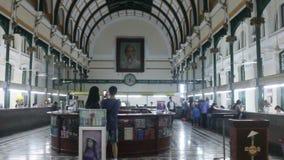 宽射击被稳定的平底锅和掀动从决定的天花板西贡中央邮局的长的内部透视 股票视频
