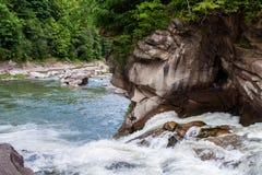 宽山河用迅速地落的迷离水 瀑布p 免版税库存图片