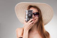 宽广充满的帽子和太阳镜的女孩与 免版税库存图片
