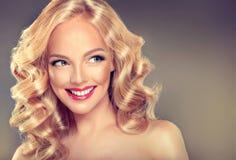 年轻宽微笑的白肤金发的模型 图库摄影