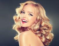 年轻宽微笑的白肤金发的模型 库存图片