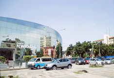 宽扎银行,被反映的玻璃大厦,罗安达都市风景,交通堵塞 免版税库存照片