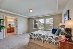 宽敞卧室有大号床和卫生间视图 库存图片