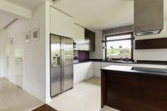 宽敞厨房在现代房子里 免版税库存照片