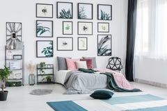 宽敞明亮的植物的卧室 图库摄影