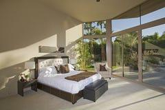 宽敞被日光照射了卧室 免版税图库摄影