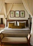宽有四根帐杆的卧床床在一间舒适卧室 免版税图库摄影