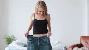 宽松牛仔裤的适合年轻女人在减肥以后 影视素材