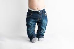 宽松的牛仔裤的婴孩 免版税库存图片