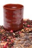 宽松茶和岩石糖与杯子 免版税库存照片