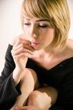 宽松,大黑毛线衣关闭的妇女 免版税图库摄影
