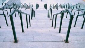 宽楼梯由混凝土制成,与黑铁栏杆栏杆,大楼梯对橄榄球场 影视素材