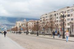 宽步行街道Novorossisk共和国在城市的中部 多云秋天日 免版税库存图片