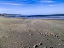 宽沙子海滩和Oceacn 库存照片