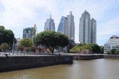 宽河和城市下午 免版税库存照片