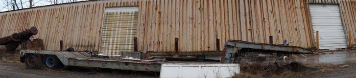 宽河床全景生锈的卡车 免版税库存照片