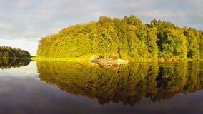 宽河,绿色风景 在小船的游人休息,放松 股票视频
