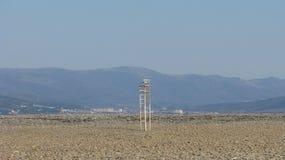 宽海滩 偏僻的椅子和山,冬天海滩 图库摄影