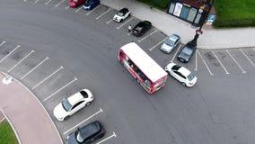 宽混凝土路顶视图有许多乘坐的汽车的在多云夏日 股票录像