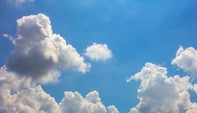 宽清楚的天空和云彩 免版税库存照片
