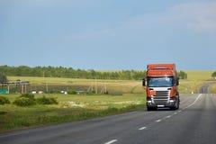 宽渔被弄脏的作用行动运输卡车视图 有橙色小室的商用车在高速公路 行业卡车司机 库存图片