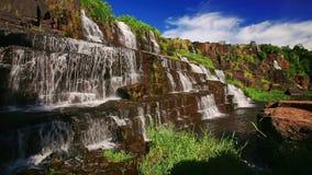 宽瀑布Pongour看法在岩石中的在越南 股票视频