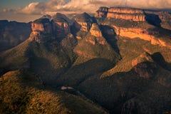 宽看法三Rondavels和周围的山峭壁 免版税库存图片