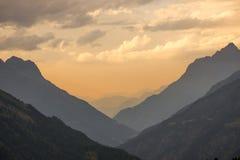 宽看法到在日落期间的一个谷里 免版税库存照片