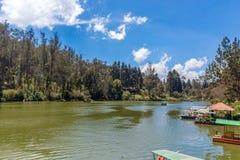 宽看法有小船的湖,美好的发辫在背景中,乌塔卡蒙德,印度, 2016年8月19日 免版税库存图片