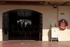 宽老门和老墙壁 库存照片