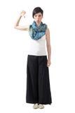 宽腿裤子的脾气坏的时髦与下来拇指的妇女和颈巾 库存图片