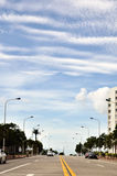 宽蓝色路天空 库存照片