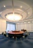 宽被射击的角度会议空的会议室 免版税库存照片
