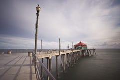 宽角度海滩风险亨廷顿长的码头 免版税库存图片