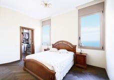 宽,有一间分开的化装室的豪华卧室 免版税库存图片