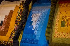 宾夕法尼亚,美国, 2018年4月, 18日:关闭样式,有悦目色彩设计的自创毯子被制造的 图库摄影