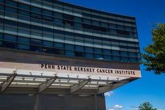宾州州立大学赫尔希巨蟹星座在大厦的学院标志 免版税库存照片