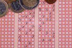 宾果游戏乐透纸牌与横渡的数字和欧洲金钱的抽奖券 免版税库存照片