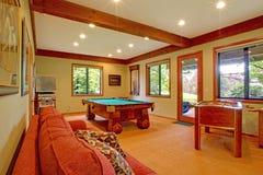 宾馆厨房红色沙发 免版税库存图片