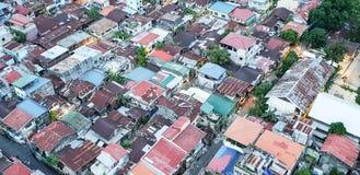 宿务市菲律宾棚户区的屋顶视图  库存图片