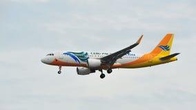 宿务有登陆在樟宜机场的新的sharklets的和平的空中客车A320 图库摄影