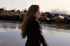 寂寞和悲伤妇女的概念在海洋特写镜头前面的 库存图片