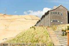 寄宿在有沙子小山的和平的城市在背景 免版税库存照片